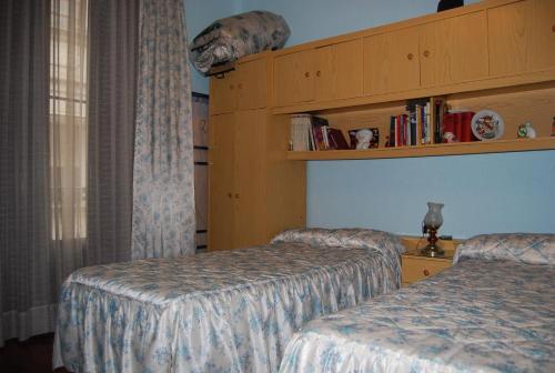 A bed or beds in a room at Pensión de la Fuente