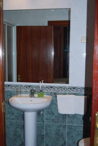 A bathroom at Pensión de la Fuente