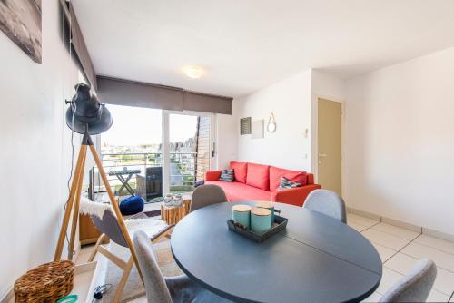 Coin salon dans l'établissement Modern Apartment with Terrace & public Pool