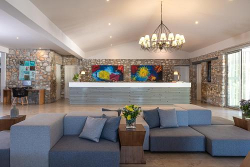 Et sittehjørne på Kassandra Bay Resort, Suites & Spa