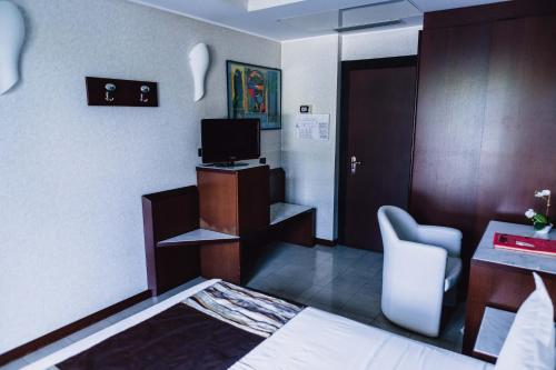 A television and/or entertainment center at Mare Hotel