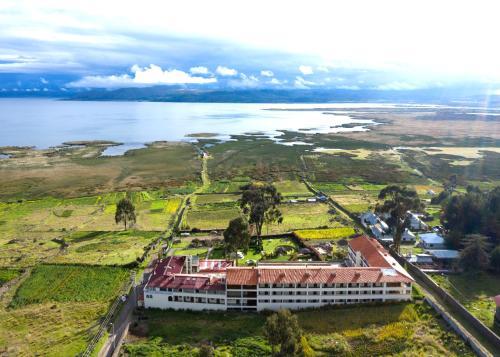 A bird's-eye view of Taypikala Lago