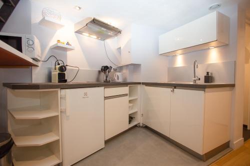 A kitchen or kitchenette at Le Duplex