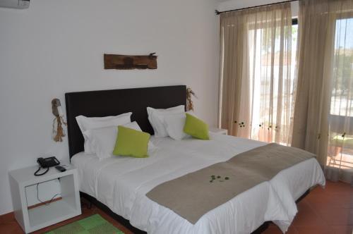 A bed or beds in a room at Horta Da Vila