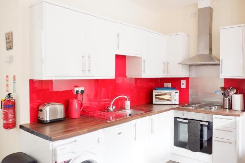 A kitchen or kitchenette at Apartment 7 Burnett Court 2 Bed