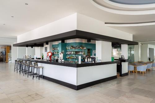 De lounge of bar bij Jupiter Algarve Hotel