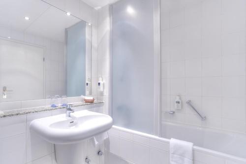 A bathroom at Hotel Döllnsee-Schorfheide