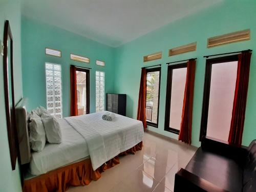 A bed or beds in a room at Villa 3 Bedroom Edelweis No. 7 near Museum Angkut