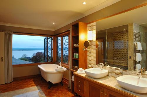 A bathroom at Lake Taupo Lodge
