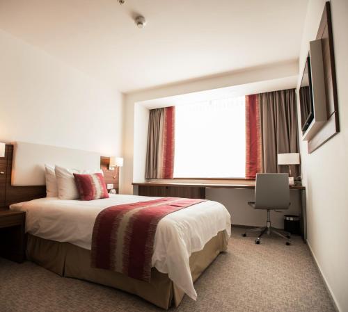 Кровать или кровати в номере Ramada Plaza Craiova