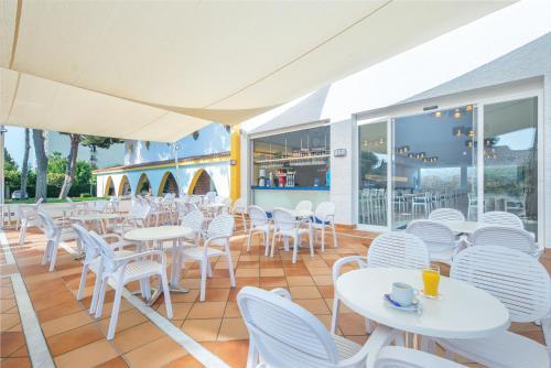 Un restaurante o sitio para comer en Globales Playa Estepona