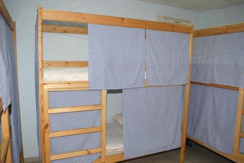 Двухъярусная кровать или двухъярусные кровати в номере Hostel Спи Здесь