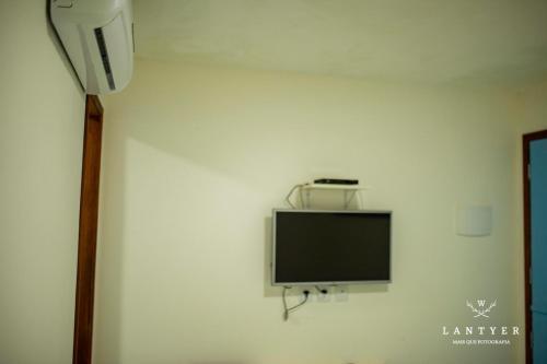 A television and/or entertainment centre at Pousada Hospedaria da Vila