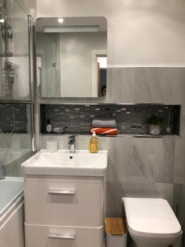 A bathroom at Pristine Luton Apartment