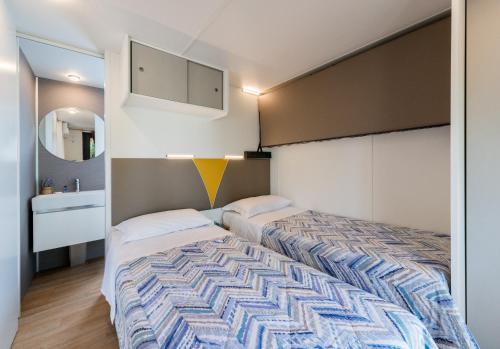 Ein Bett oder Betten in einem Zimmer der Unterkunft Camping Village Du Parc