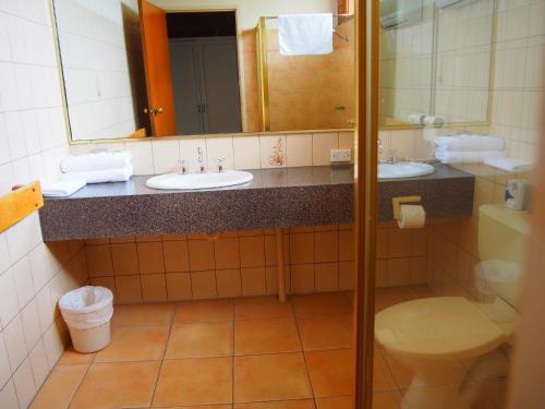 A bathroom at Essendon Motel