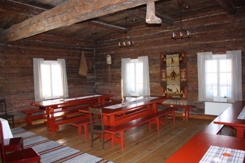 Ein Restaurant oder anderes Speiselokal in der Unterkunft Hotel Sininen Helmi