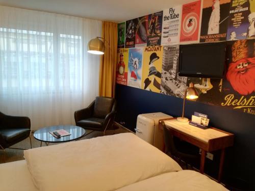 Una televisión o centro de entretenimiento en Hotel Empire