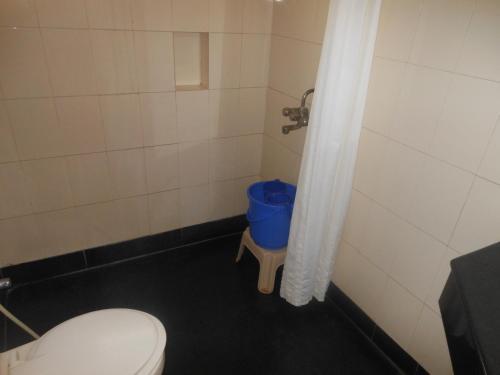 A bathroom at New Woodlands Hotel
