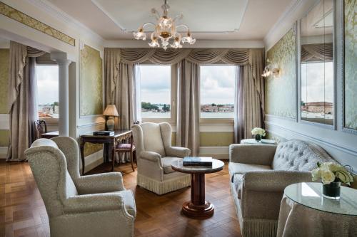 Ein Sitzbereich in der Unterkunft Baglioni Hotel Luna - The Leading Hotels of the World