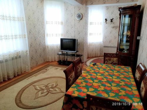 Uma TV ou centro de entretenimento em Guest House