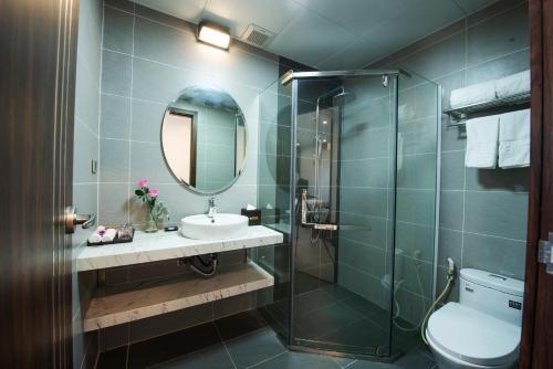 Phòng tắm tại ZEN RIVERSIDE HOTEL & RESIDENCES