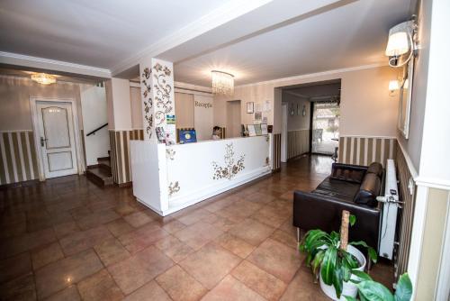 The lobby or reception area at Hotel Ramina