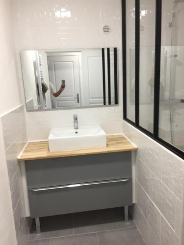 A bathroom at Maison avec Jardin/Piscine - Quartier résidentiel
