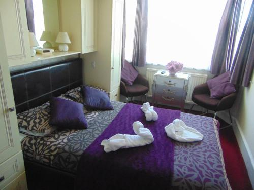 A bed or beds in a room at The Ridings Guest House