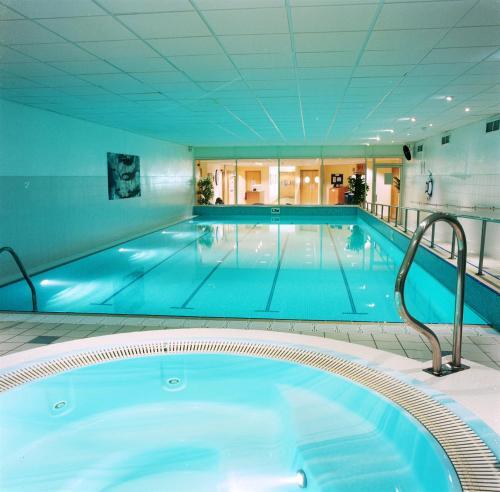 The swimming pool at or close to Holiday Inn Edinburgh Zoo, an IHG Hotel