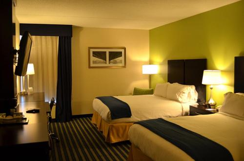A bed or beds in a room at Holiday Inn Express Worcester, an IHG Hotel