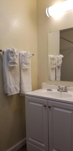 A bathroom at Sierra Crossing Motel