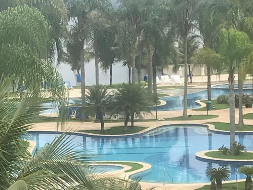The swimming pool at or near Apto dentro de Resort com vista para o mar