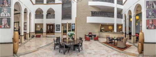 Un restaurante o sitio para comer en Odyssee Park hotel