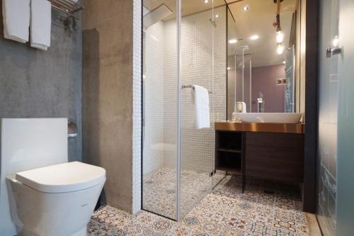 A bathroom at Thinker Hotel