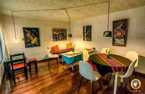 Un restaurante o sitio para comer en Hostal CasArte Takubamba