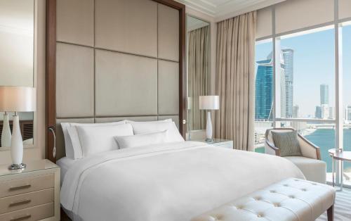 Кровать или кровати в номере Hilton Dubai Al Habtoor City