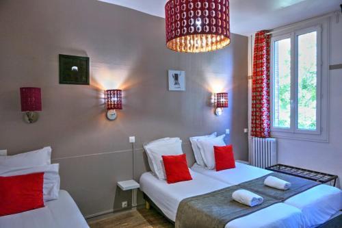Cama o camas de una habitación en Hôtel Les Corps Saints
