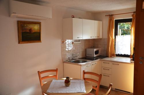 Kuchyňa alebo kuchynka v ubytovaní Apartments Lenardic