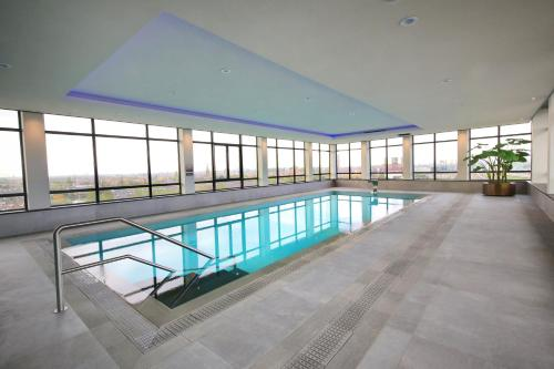 The swimming pool at or close to Van der Valk Hotel Den Haag