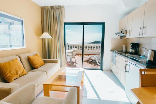 Una cocina o zona de cocina en Hollywood Mirage - Excel Hotels & Resorts