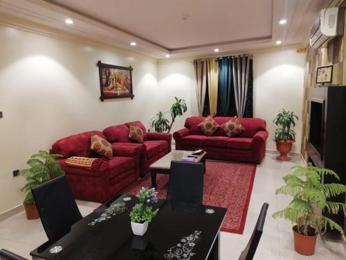 Uma área de estar em Al Narjes AlRiyadh furnished Units
