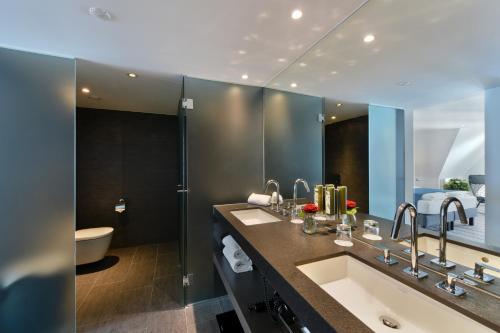 A bathroom at Hotel Vitznauerhof - Lifestyle Hideaway at Lake Lucerne