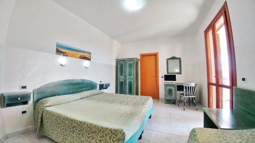 A bed or beds in a room at Hotel Meridiana