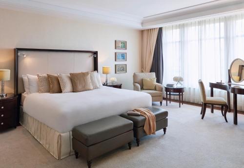 A bed or beds in a room at Breidenbacher Hof