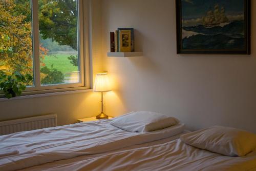 En eller flere senge i et værelse på Turistgården - House Of Ven