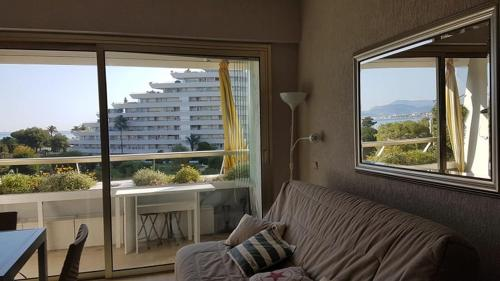 A seating area at Lovely apartment in Marina Baie des Anges- Baronnet - Sew view, free parking spaces on site, restaurants, beach, supermarket