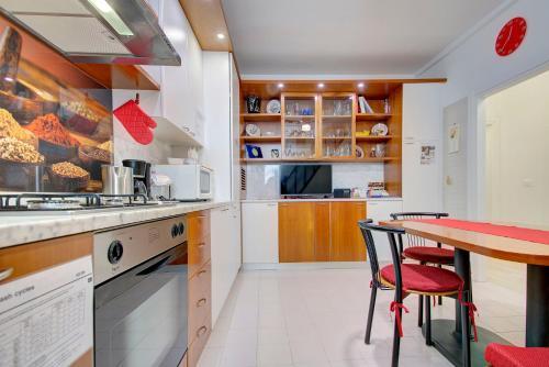 Cucina o angolo cottura di RIALTO MARKET NEW 5pax 3bed 2bath Wifi PowerAircnd