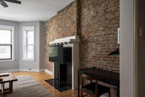 A television and/or entertainment center at Spacious CWE 3BR near BJC by Zencity