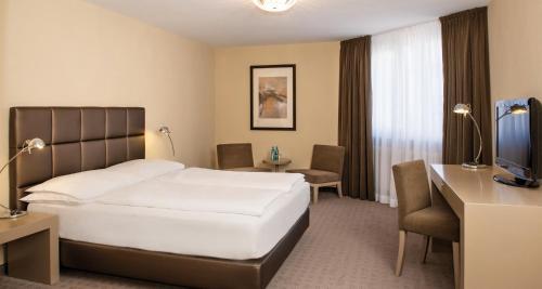 Ein Bett oder Betten in einem Zimmer der Unterkunft Victor's Residenz-Hotel München
